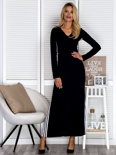 Czarna sukienka maxi z kapturem i białymi pasami z boku                                  zdj.                                  1