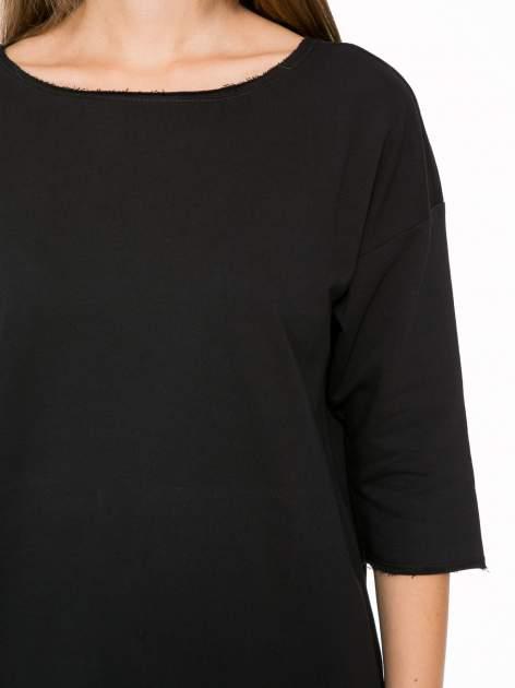 Czarna sukienka oversize z surowym wykończeniem                                  zdj.                                  6