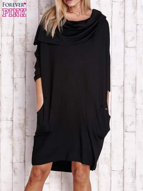 Czarna sukienka oversize z wywijanym kołnierzem                                  zdj.                                  1