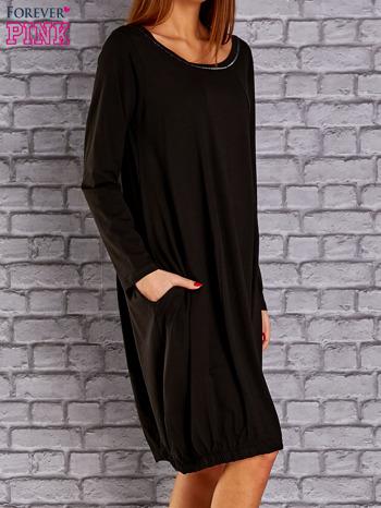 Czarna sukienka oversize ze ściągaczem na dole                                   zdj.                                  3