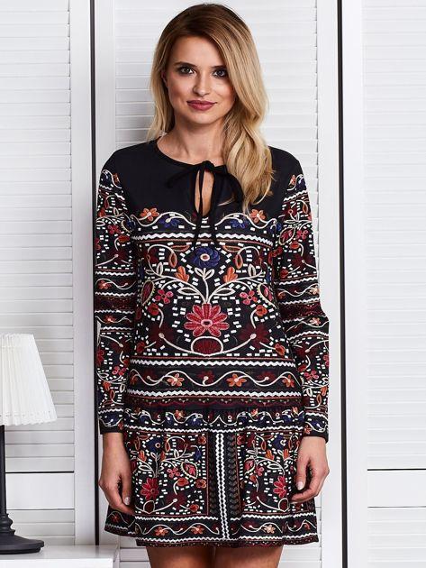 Czarna sukienka w bogaty ornamentowy wzór                              zdj.                              1