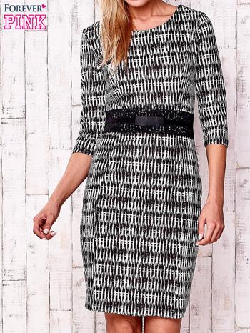 Czarna sukienka w graficzne wzory z koronkową aplikacją                                  zdj.                                  1