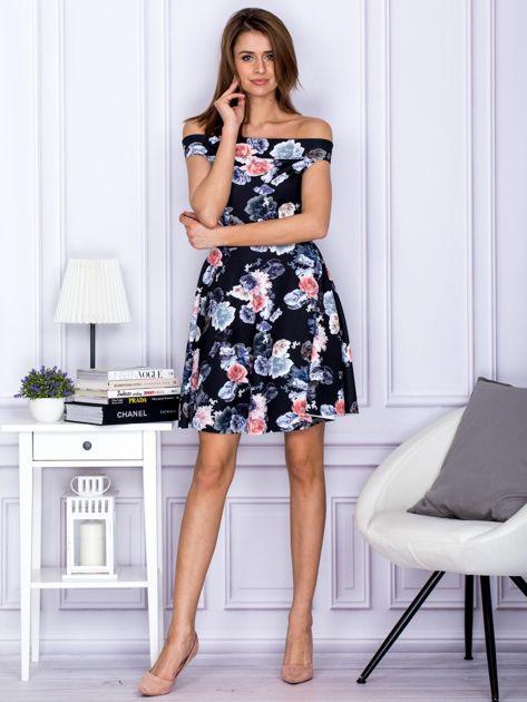 Czarna sukienka w kontrastowe kwiaty                               zdj.                              4