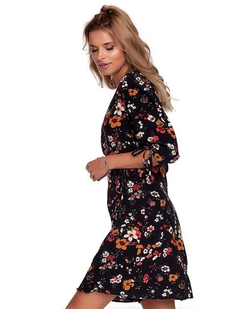 Czarna sukienka w kwiaty z kopertowym dekoltem                              zdj.                              3