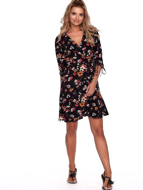 Czarna sukienka w kwiaty z kopertowym dekoltem                              zdj.                              4