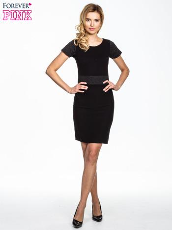 Czarna sukienka z aplikacją w pasie i na rękawach                                  zdj.                                  4