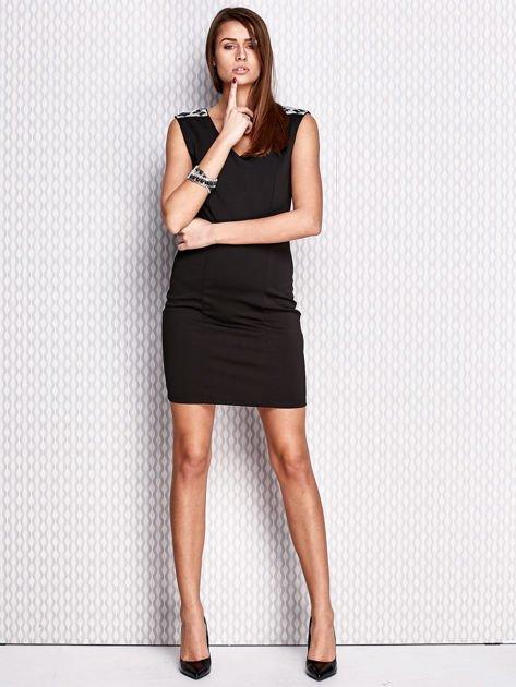 Czarna sukienka z biżuteryjnymi aplikacjami                                  zdj.                                  4