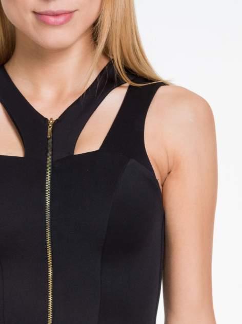 Czarna sukienka z dekoltem cut out i złotym zipem                                  zdj.                                  4