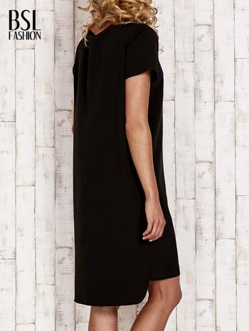 Czarna sukienka z dłuższym tyłem                                  zdj.                                  4