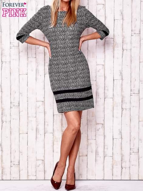 Czarna sukienka z graficznym nadrukiem i materiałowymi wstawkami                                  zdj.                                  3