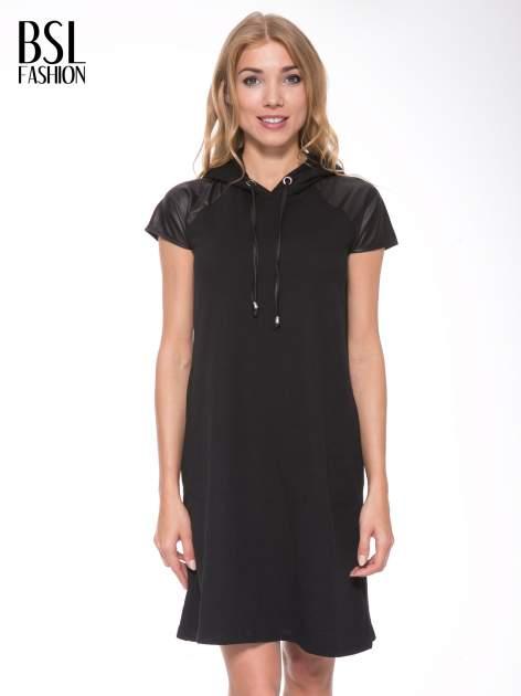 Czarna sukienka z kapturem z wstawkami ze skóry