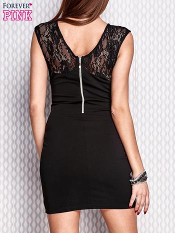 Czarna sukienka z koronkową wstawką i aplikacjami przy dekolcie                                  zdj.                                  2