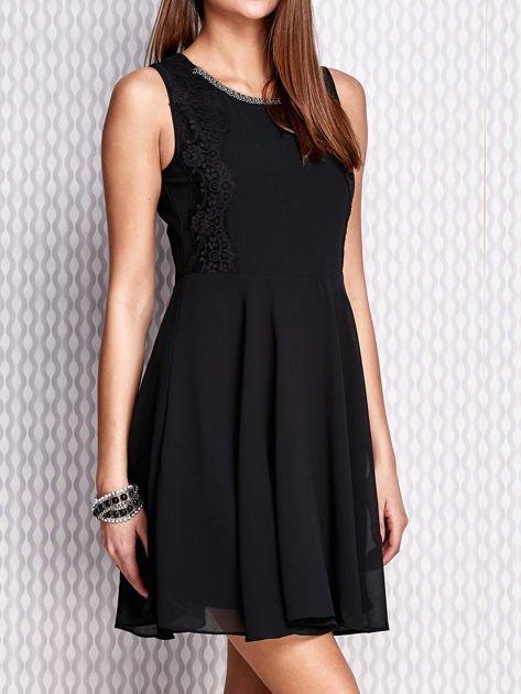 Czarna sukienka z koronkowymi wstawkami                                  zdj.                                  3