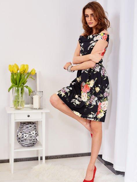 Czarna sukienka z motywem malowanych kwiatów                              zdj.                              4