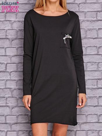 Czarna sukienka z ozdobną przypinką                              zdj.                              1
