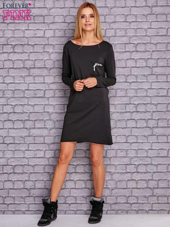 Czarna sukienka z ozdobną przypinką                                  zdj.                                  2