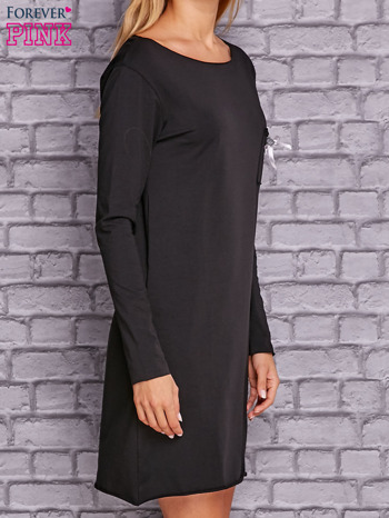 Czarna sukienka z ozdobną przypinką                              zdj.                              3
