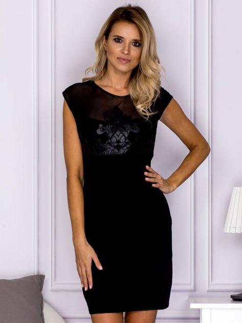 Czarna sukienka z ozdobnym ornamentem