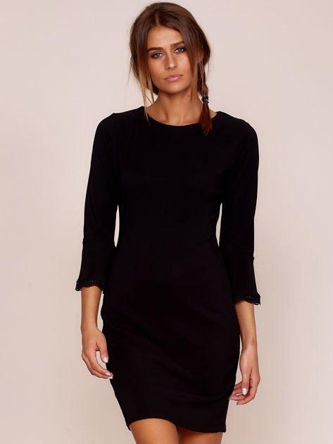 Czarna sukienka z rozszerzanymi rękawami                              zdj.                              1