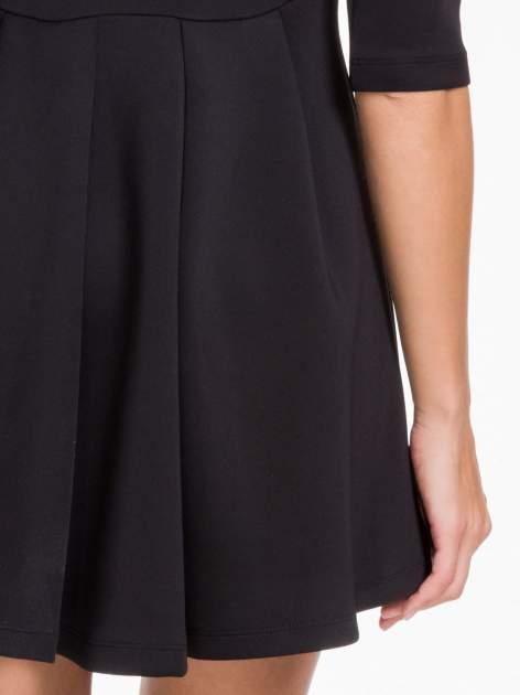 Czarna sukienka z tiulowym głębokim dekoltem                                  zdj.                                  8
