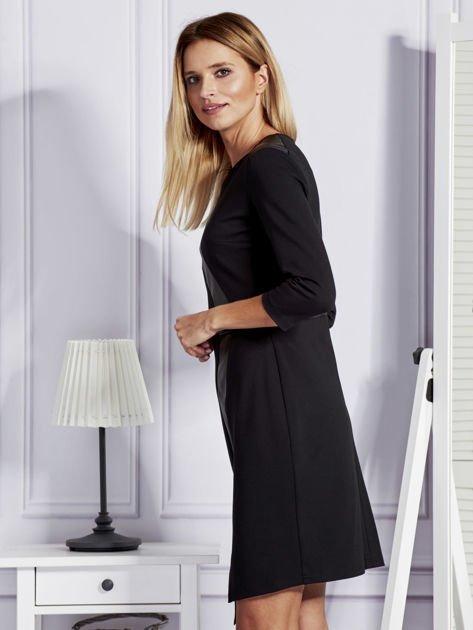 Czarna sukienka ze skórzanymi modułami                              zdj.                              5