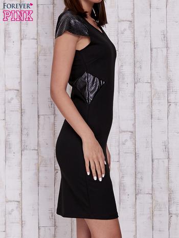 Czarna sukienka ze skórzanymi pikowanymi wstawkami                                  zdj.                                  3