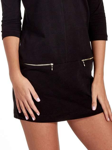 Czarna sukienka ze złotymi suwakami                                  zdj.                                  5