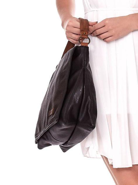 Czarna torba z eko skóry z ażurową klapką na magnes                              zdj.                              2