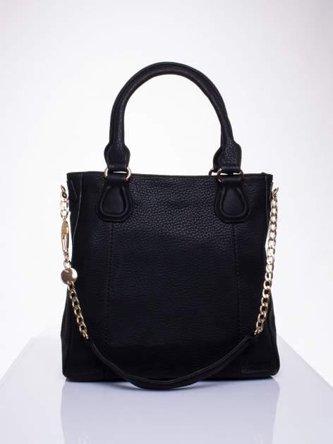 Czarna torba z łańcuszkowym odpinanym paskiem                                  zdj.                                  1