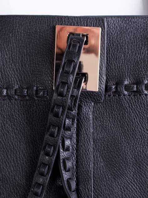 Czarna torba z przeplatanym paskiem                                  zdj.                                  5