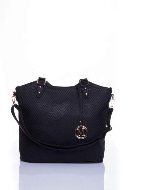 Czarna torebka fakturowana w pasy                                   zdj.                                  1