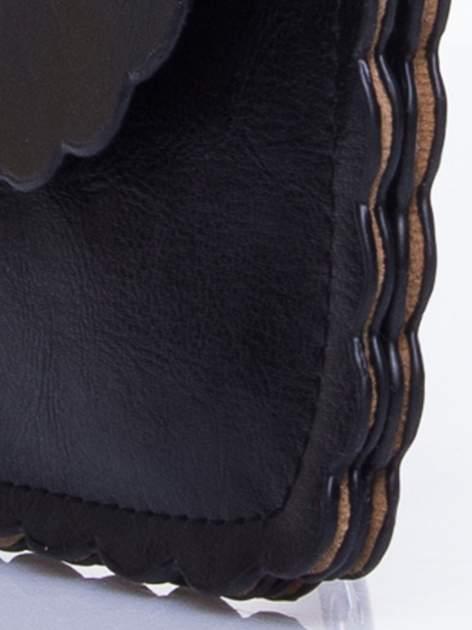 Czarna torebka listonoszka z falowanym wykończeniem                                  zdj.                                  8