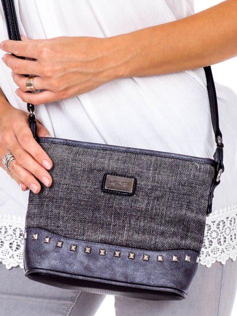 Czarna torebka listonoszka z plecioną wstawką                              zdj.                              2