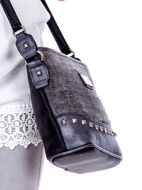 Czarna torebka listonoszka z plecioną wstawką                              zdj.                              3