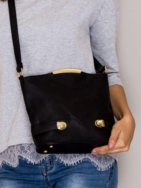 Czarna torebka listonoszka ze złotymi klamrami                                  zdj.                                  1