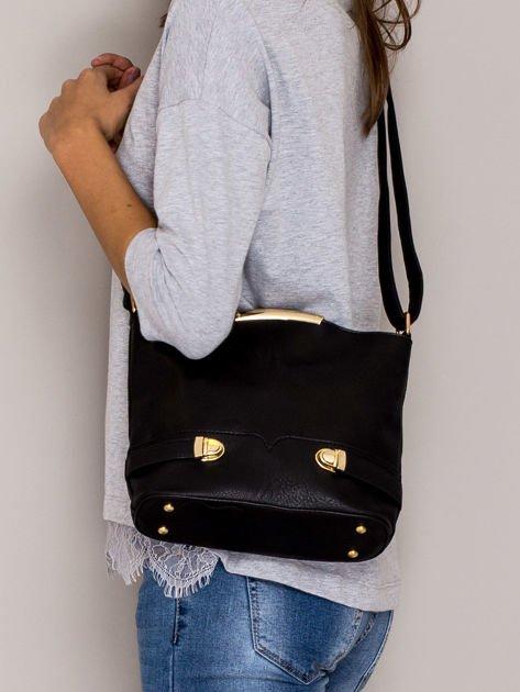 Czarna torebka listonoszka ze złotymi klamrami                              zdj.                              4