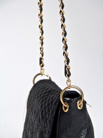 Czarna torebka na ramię na pasku łańcuszku                                  zdj.                                  4