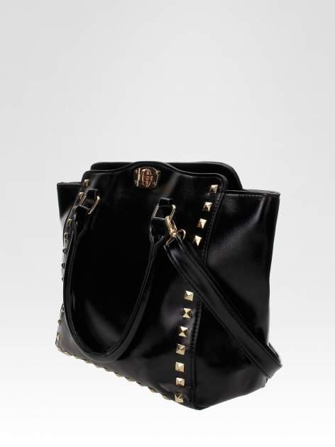 Czarna torebka na ramię z dżetami                                  zdj.                                  2