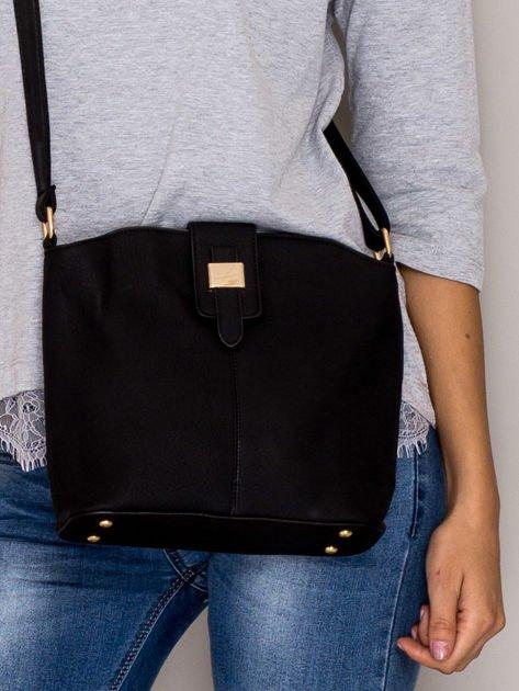 Czarna torebka z ozdobną klapką                                   zdj.                                  1