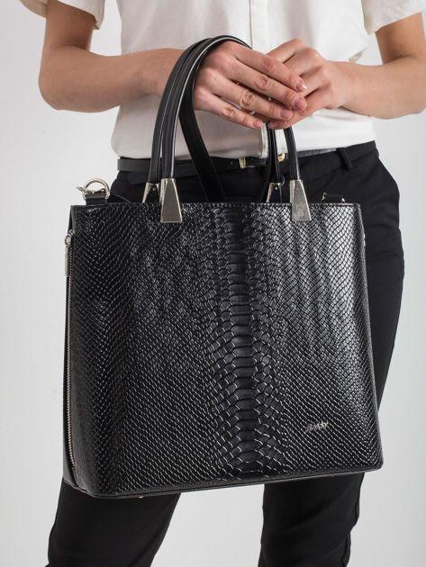 Czarna torebka z wężowym wzorem
