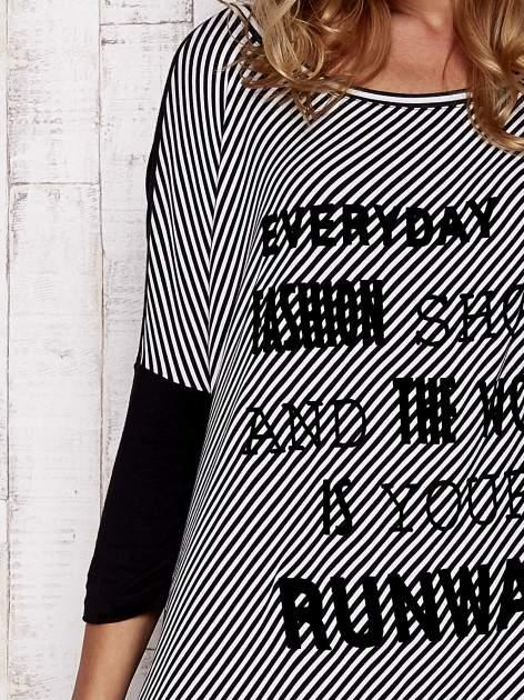 Czarna tunika w paski z literowym nadrukiem                                  zdj.                                  5