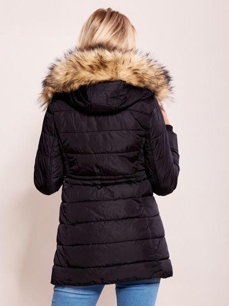 Czarna zimowa kurtka z kapturem                              zdj.                              2