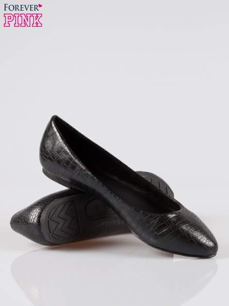 Czarne baleriny crocodile skin ze smukłym noskiem                                  zdj.                                  4