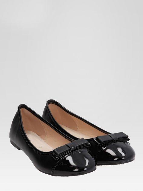 Czarne baleriny faux leather Glamshine z lakierowanym noskiem i kokardą                                  zdj.                                  2