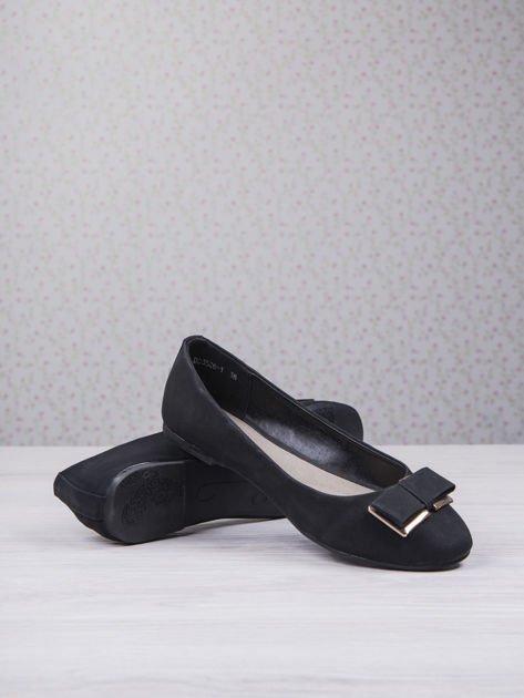 Czarne baleriny faux leather z metalową kokardką                                  zdj.                                  4