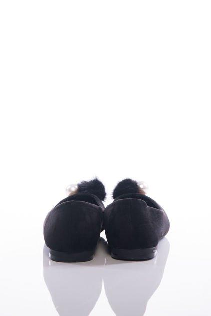 Czarne baleriny z ozdobnym puszkiem i perłą na przodzie cholewki                              zdj.                              3