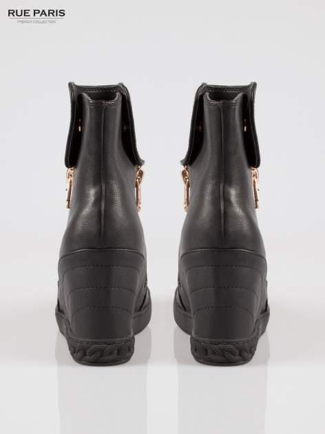 Czarne botki na ukrytym koturnie ze złotym zamkiem                                  zdj.                                  3