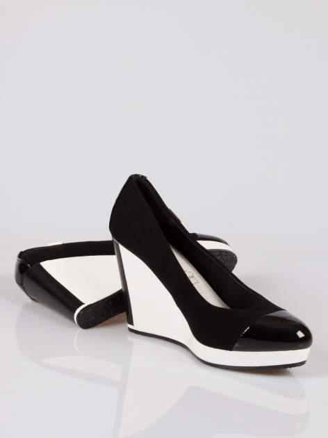 Czarne buty damskie na kontrastowym koturnie                                  zdj.                                  4