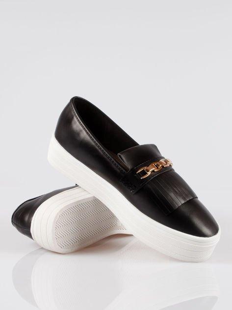Czarne buty slip on Judith ze złotym łańcuchem