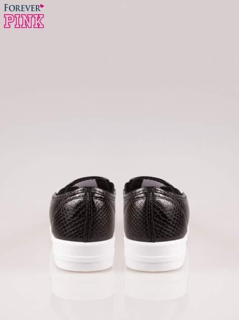 Czarne buty slip on z efektem skóry krokodyla na grubej podeszwie                                  zdj.                                  3